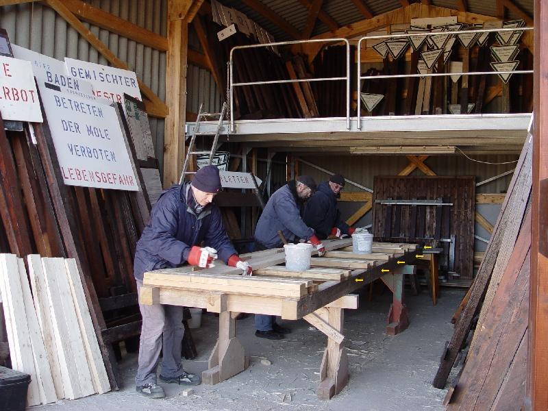 Bei den Betriebshallen auf der Helgoländer Düne herrscht emsiges Treiben während der Vorbereitungen auf die neue Saison.