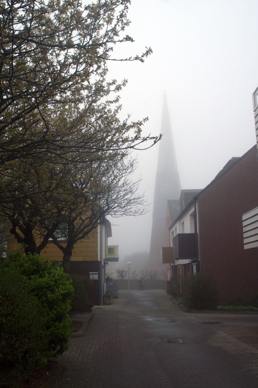 Helgolands Sankt Nikolai Kirche im Morgennebel.