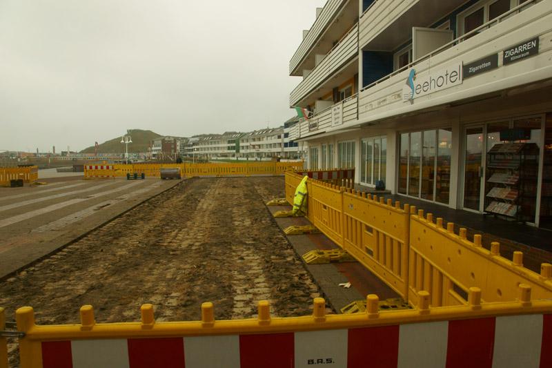 Der Platz vor Helgolands Musikpavillon ist im Zuge der Sanierung der Kurpromenade eine Baustelle.