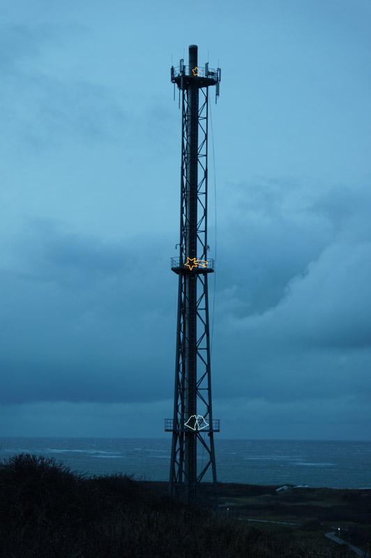 Helgolands Kraftwerksschornstein mit elektrischer Weihnachtsbeleuchtung.