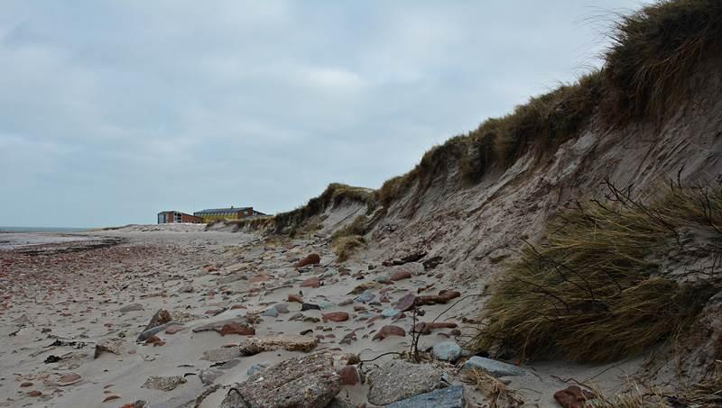 Der Nordstrand Helgolands mit landseitig eingarbeiteten, sichtbaren, sandgefüllten Big Bags.