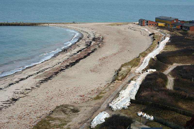 Der Nordstrand Helgolands mit landseitig eingearbeiteten, sichtbaren, sandgefüllten Big Bags.