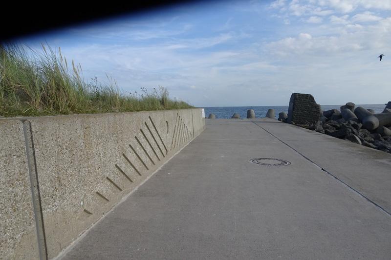 Die Schutzmauer an der Südpromenade der Düne.