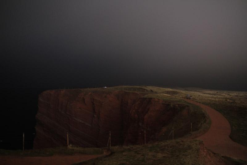 Helgolands Oberland an der Westseite nachts in diffusem Scheinwerferlicht.