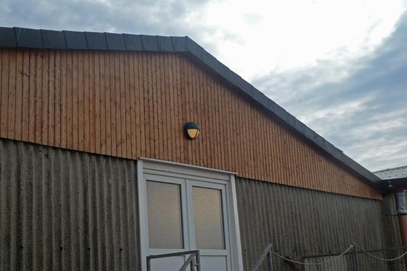 Die Nordhalle auf der Düne von Norden aus fotografiert mit eingeschalteter Türbeleuchtung.