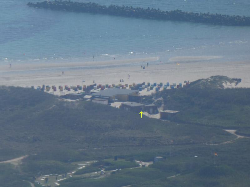 Luftaufnahme des Südstrands der Düne mit Dünenrestaurant und Notstromhaus.