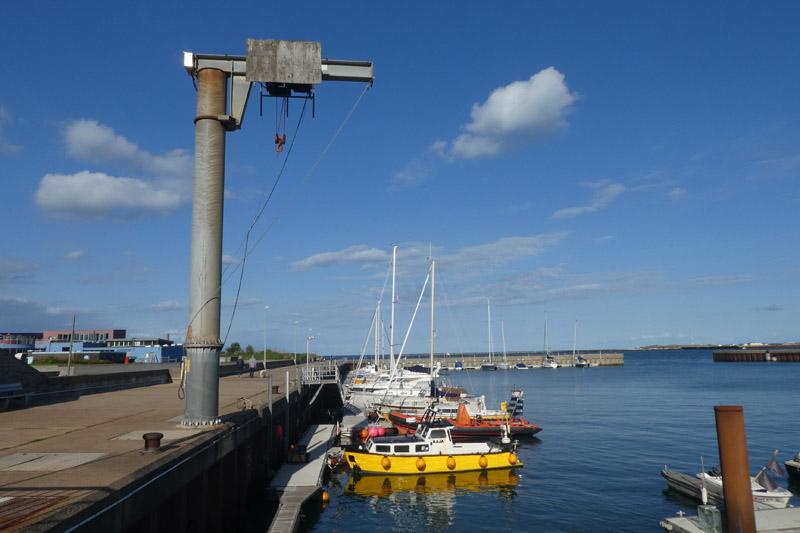 Helgolands Nordosthafen mit Kran des Wassersportclub Helgoland