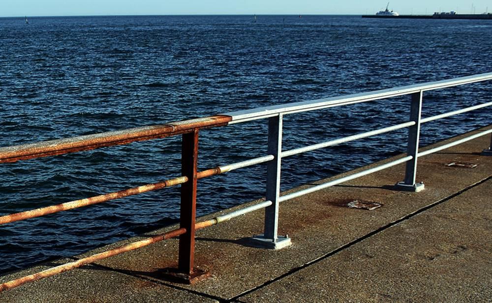 Das Geländer an Helgolands Kurpromenade.
