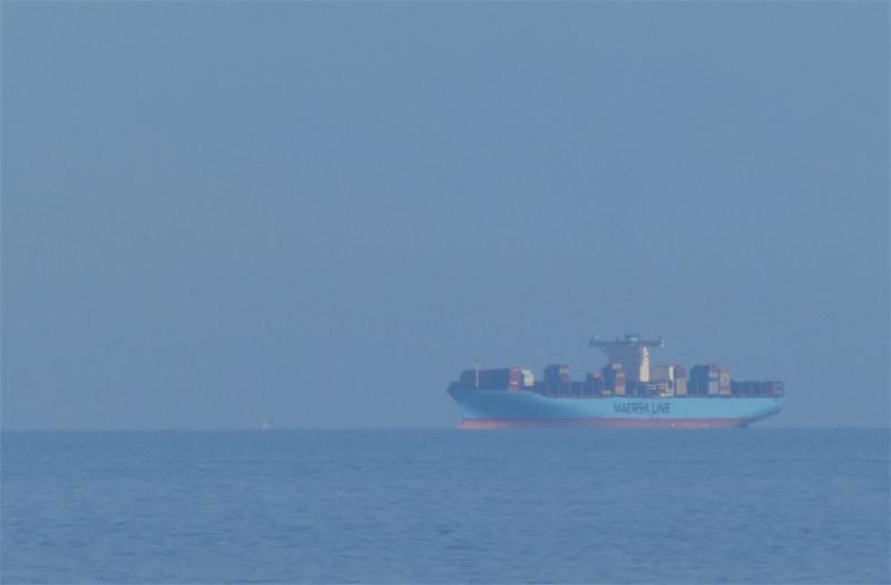 Containerschiff Edith Mærsk 23 Kilomter südöstlich Helgolands vom Falm aus gesehen.