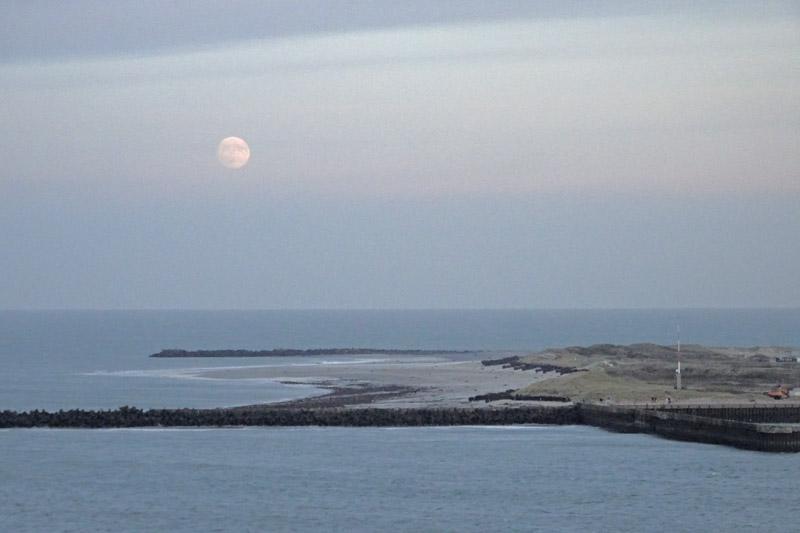 Der fast volle Mond ist hinter der Düne aufgegangen, vom Falm aus gesehen.