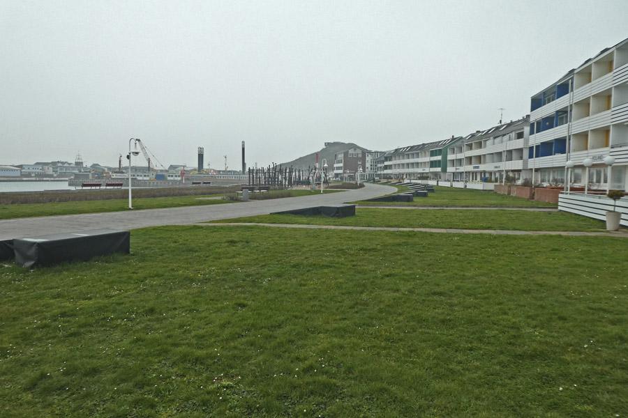Die Rasenfläche vor den Hotels am Südstrand mit 2 mal 2 Meter großen Schaukästen zur Präsentation von Bildern.