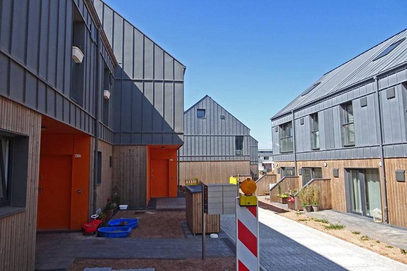 Die Fassaden der Häuser im Neubaugebiet Wohnen am Leuchtturm