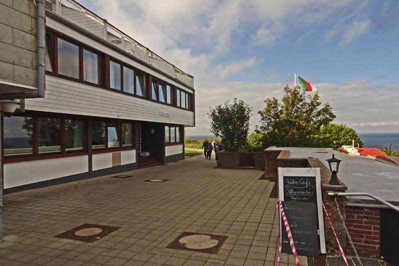 Der Norderfalm auf Helgoland mit Haus Rooad Weeter links und dem Garten am Klippenrand rechts.