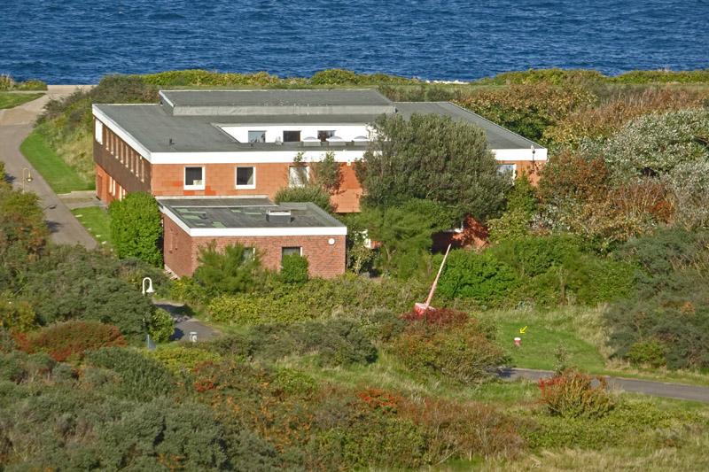 Das Mielck-Haus im Nordostgelände Helgolands vom Klippenrand bei der Schrebergartenanlage aus gesehen.